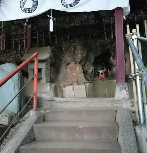 王子の狐穴「王子稲荷神社」の「願掛けの石」と「お穴さま」