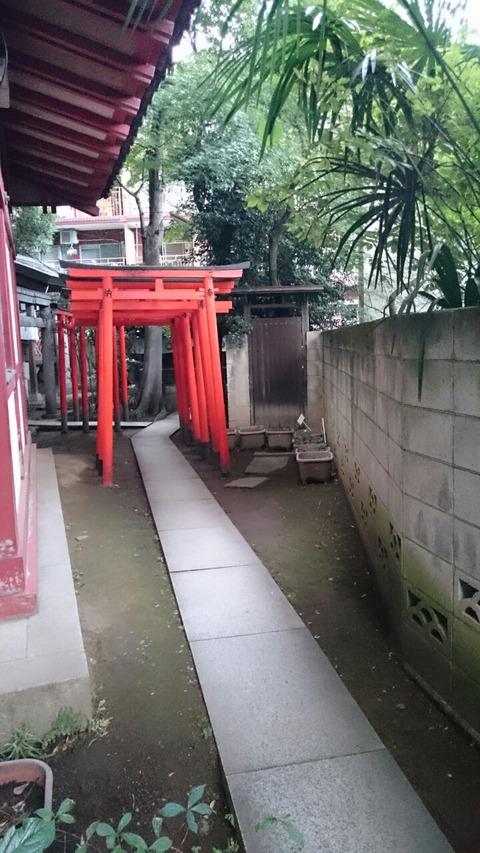 「王子稲荷神社」の「願掛けの石」と「お穴さま」