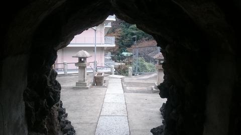 横須賀の洞窟 猿海山 龍本寺への参道にある「お穴さま」
