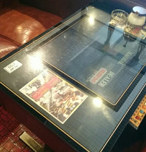 「微巣登路(びすとろ) 」と読ませるイカしたセンス/テーブル筐体のあるレトロな喫茶店