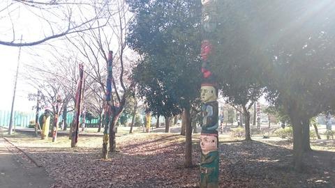 数十基のトーテムポールが立ち並ぶ異界の地/流山運動公園