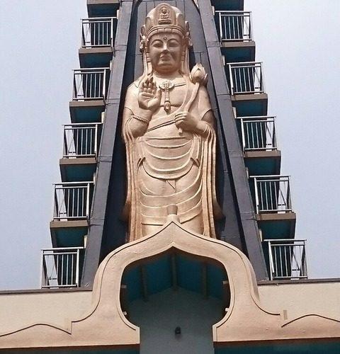 南千住 円通寺/巨大な黄金観音に弾痕の残る黒門