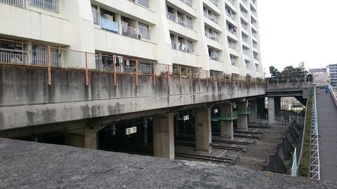 車両基地の上に浮かぶ浮遊都市!人工地盤の上に、そびえ立つ「都営西台アパート」