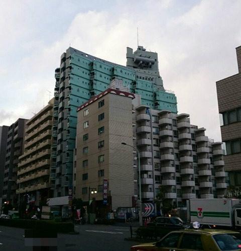 新宿にある珍建築「軍艦マンション」