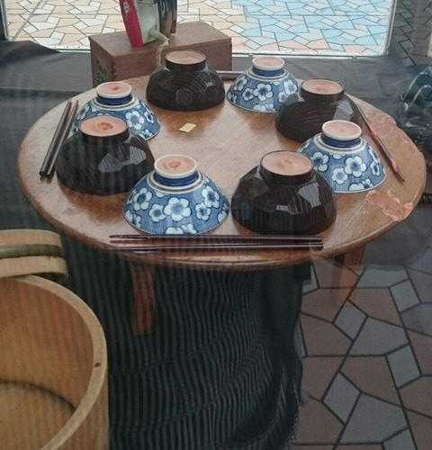 上野/ペデストリアンデッキに展示してあったヤバい食卓/山田勇魚作「食卓」