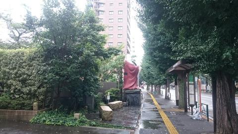 【文京区】東大前に鎮座する謎の巨大布袋様と巨大鬼瓦…