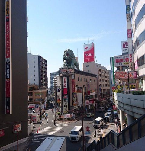川口駅前で雄たけびを上げ続ける巨大ライオン…
