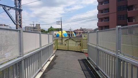 松戸 /常磐緩行線から除く謎の巨大サッカーボール…