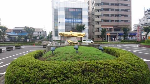 【吉川】駅前に潜む金の巨大ナマズ